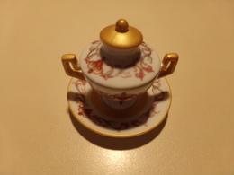 """Miniature Soupière, Couvercle Et Soucoupe Décor Frise Rose Et Bleu Sur Fond Blanc Liseré Or """" Porcelaine Art """" - Miniatures"""