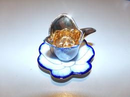 Miniature Tasse Avec Sa Soucoupe En Forme De Fleur Or Sur Fond Blanc Liseré Bleu - Autres