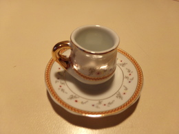 """Miniature Tasse Avec Sa Soucoupe Décor Fleurs Multicolores Sur Fond Blanc Liseré Or Et Rouge """" Décoration Artiste """" - Miniatures Décoratives"""