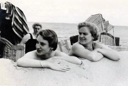 Photo Originale Plage & Maillots De Bains Pour Pin-Up Installées à Leur Poste De Matage Sur La Plage Vers 1950/60 - Pin-Ups