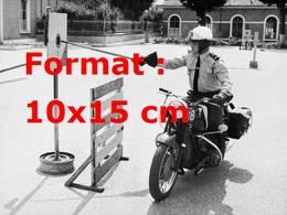 Reproduction D'une Photographie Ancienne De L'exercice D'équilibre Pour Un Motard De Le Gendarmerie Sur Terrot 500 Cm3 - Reproductions