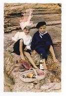 85 Les Sables D'Olonne N°171 Couple Enfants Sablais Folklore Costumes Coiffe Et Bouteille Vin Muscadet Crabe - Sables D'Olonne