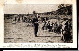 Guerre 14-18 Vie A L Arriere En Lorraine A L Abri D Un Parapet Nos Poilus Ont Installe Un Salo De Couture Et Entretienne - Guerra 1914-18
