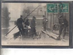 Carte Postale 75. Paris Inondations Un Radeau Rue De L Bûcherie  Très Beau Plan - Inondations De 1910
