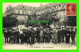 VANVES (92) - LYCÉE MICHELT, COUR DES MOYENS - ANIMÉE EN CLOSE UP - CIRCULÉE EN 1908 - Vanves