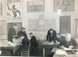 03 - Vichy - Bureaux De Fonctionnaires Ministere Des Armées? - Décoration : Pub Légion; Affiche Avec Petain - Places