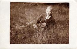 Carte Photo Originale Gay & Playboy Romantique Allongé Dans L'Herbe, Au Bouquet De Feuilles De Chênes Vers 1920 - Personnes Anonymes