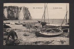 CPA. Dépt.76. ETRETAT . A Marée Basse Barques De Pêche . Petite Animation . - Etretat