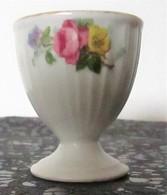 *COQUETIER ANCIEN En PORCELAINE BLANCHE & PETITES ROSES JAUNESS & ROSES - Eieren