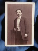 Photo CDV Disdéri à Paris - Bourgeoisie, Noblesse Second Empire, Homme, Gilet à Col Et Faux Col Circa 1860 L421 - Photos