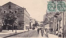 90. BELFORT . CPA . RARETE. LE THEATRE ET ANIMATION DEVANT LA QUINCAILLERIE. ANNEE 1925 - Belfort - City