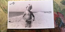 Soviet Life - Petit Garçon Nu - Little Boy - Vintage Photography Circa 1990s Old USSR Photo - Persone Anonimi