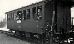 Photo Originale Wagon De Train Raucher En 1935 - En Route Pour Les Skis De Bois & Copains Aux Fenêtres & Légende - Trains