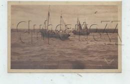 Port-en-Bessin (14) : Bateaux De Pêche Dans L'avant Port Départ Pour La Pêche En 1945 PF. - Otros Municipios