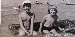 Soviet Life - Petit Garçon Nu - Young Boy - Vintage Photography Circa 1970s Old USSR Photo - Persone Anonimi