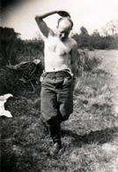 Photo Originale Guerre 1939-45 Occupation Allemande & Soldat De La Wehrmacht Sous Pervitine - III Reich & Folie - War, Military