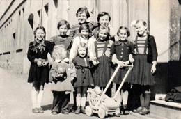 Photo Originale Jeu & Jouet D'Enfants - 9 Gamines Pour Une Poussette, Une Poupée Et Une Balle Vers 1940/50 - Personnes Anonymes