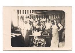 CARTE PHOTO MILITAIRE :  SCENE GUERRE 1914  MACHINE A COUDRE SINGER - - War 1914-18