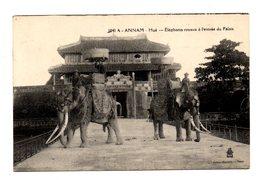 VIET - NAM .ANNAM . HUE . éléphants Royaux A L'entrée Du Palais - Vietnam