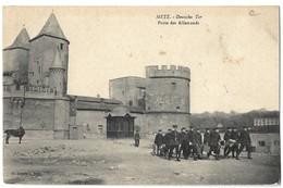 CPA Metz Porte Des Allemands Conscrits? 1910 Voir Texte - Metz