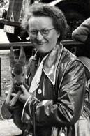 Photo Originale Femme à Lunettes & Imperméable Ciré, Portant Un Faon, Petit Du Cerf Et De La Biche Vers 1960/70 - Personnes Anonymes