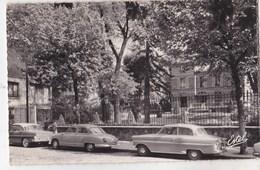 CPSM : Issy  (92)  Dyna Panhard Et Ford Vedette Devant Le Dispensaire Victor Cresson  Ed Estel - Voitures De Tourisme