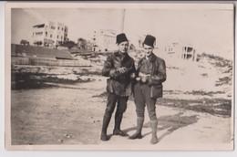 CARTE PHOTO ECRITE EN 1926 : JEUNES HOMMES RUSSES BUVANT DE L'ALCOOL DANS DES TASSES ? - VILLE A DETERMINER - 2 SCANS - - Russia