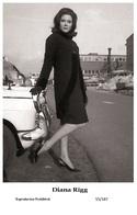 DIANA RIGG - Film Star Pin Up PHOTO POSTCARD - 55-187 Swiftsure Postcard - Artistas