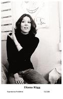 DIANA RIGG - Film Star Pin Up PHOTO POSTCARD - 55-188 Swiftsure Postcard - Artistas