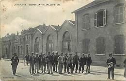 Dpts Div.-ref-AF817- Isère - Grenoble - Usines Jay Et Jallifier - Employés Dans La Cour De L Usine - Industrie - - Grenoble