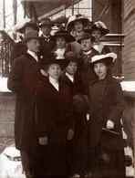 Tirage Photo Albuminé Portrait De Famille En Groupe Sur Le Perron Vers 1900/10 - Femmes élégantes Aux Chapeaux à Plumes - Personnes Anonymes