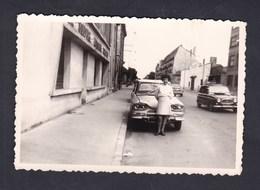 Photo Originale Amateur Vintage Jeune Femme Voiture Citroen AMI Renault R4 4L Nancy Ou Environs - Automobiles