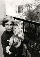 Photo Originale Fillette Et Son Chat Miaou Au Balcon En 1966 - Personnes Anonymes