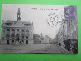 YVETOT - Hôtel De Ville Et Rue Thiers (envoyé En 1928)  - Carte Postale - Yvetot