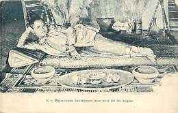 Pays Div -ref P713- Laos - Princesse Laotienne Sur Son Lit De Repos - - Laos