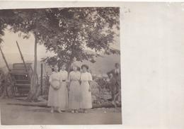 À Localiser, Carte-photo ITALIE (?) - Personnages Nommés : Hélène, Violette, Marie Et Palmira Et, Dans Le Coin, Césarino - Te Identificeren