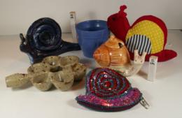 Escargot - Lot De 6 Objets - Bibelot Artisanal, Porte-monnaie, Moutardier, Poêlon, Hochet, Pot De Fleur - Figurines