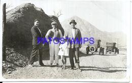 106887 AUTOMOBILE OLD TWO CAR AUTO SEDAN & MAN'S AND GIRL BREAK PHOTO NO POSTAL POSTCARD - Non Classés