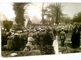 Beerdigung Eines Soldaten ( Wahrscheinlich In England ). Alte Foto AK S/w, Datiert 1918. Aufstellung Von Solda - Militaria
