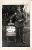 Carte Photo Originale Guerre 1914-18 - Portrait D'un Fier Soldat Allemand En 1917 & Pancarte Welt-Krieg 1914-17 - Oorlog, Militair