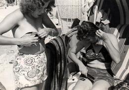 Photo Originale Pin-Up Sexy & élégantes Se Préparant Pour La Plage, Coiffure Et Enfilage De Maillot De Bains En Cabine - Anonymous Persons