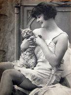 GIRL AND CAT IMMAGINE DA CARTACEO D'EPOCA PICTURE OF VINTAGE PAPE - Immagine Tagliata