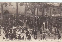 Arles Une Arrivée De Taureaux Sur Le Boulevard Des Lices (LOT A13) - Arles