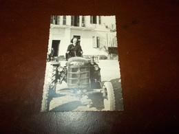 B714  Foto Di Donna Alla Guida Di Vecchio Trattore Fahr Cm10x7 - Fotografia
