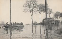 LES INONDATIONS DE JANVIER 1910 A RUEIL -AVENUE DE PARIS , SURVEILLANCE DES MAISONS INONDEES - BELLE CARTE - - Inondations