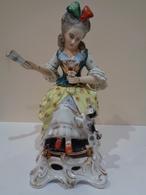 Antigua Figura De Porcelana (licorera, Bote). Mujer Sentada Con Abanico Y Perro. Estilo Viejo París. - Cerámica Y Alfarerías
