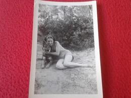 ANTIGUA FOTO FOTOGRAFÍA OLD PHOTO CHICA CON PERRO WOMAN FEMME MUJER JOVEN DOG. VER FOTO/S Y DESCRIPCIÓN. CHIEN HUND - Personas Anónimos
