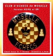 SUPER PIN'S JEUX D'ECHECS : CLUB De MOSELLE, La Version NOIRE Et OR, émail Base Or + Glaçage, Diamètre 1,9cm - Casinos