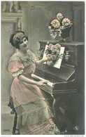 MUSIQUE ET MUSICIENS. La Pianiste Robe Et Fleurs Rosées - Musique Et Musiciens