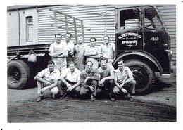 Werbepostkarte TNT EXPRESS - Das Team In 50er Jahren Vor Altem LKW (Reproduktion) - Transporter & LKW